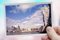 Hand hält Schnappschuß von London Stockfotografie