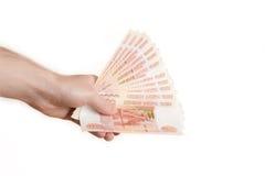 Hand halten heraus russisches Geld an Lizenzfreies Stockfoto