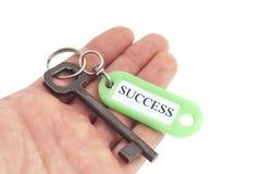 Hand halten Schlüssel zum Erfolg Lizenzfreies Stockfoto