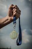 Hand in hand met de Medaille 1st plaats Stock Afbeelding