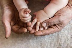 Hand in Hand schmutzige Hände Lizenzfreies Stockbild