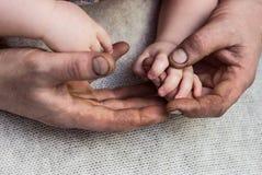 Hand in hand vuile handen Royalty-vrije Stock Foto