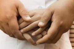 Hand helfen Mutter und Kind Stockbilder