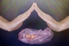 Hand het beschermen van embryo royalty-vrije stock foto