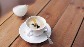 Hand het dalen suiker in koffiekop op lijst stock videobeelden