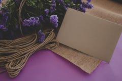 Hand - het gemaakte document document van de de uitnodigingsambacht van de huwelijkskaart stock afbeelding