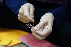 Hand - het gemaakte werk met draad in draad Stock Foto