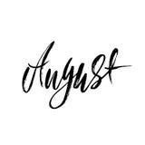 Hand het getrokken typografie van letters voorzien August Month-inschrijving Vector illustratie Stock Foto's