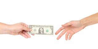 Hand het overhandigen geld aan een andere stock afbeeldingen