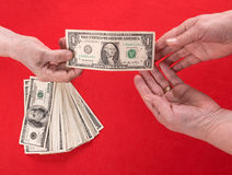 Hand het overhandigen geld aan een andere hand royalty-vrije stock afbeelding