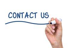 Hand het schrijven contacteert ons met blauwe teller Stock Afbeelding