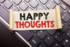 Hand het schrijven de inspiratie die van de teksttitel Gelukkige Gedachten tonen Bedrijfsconcept voor Geluk die Goed denken op kl Stock Afbeelding