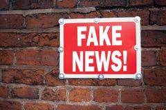 Hand het schrijven de inspiratie die van de teksttitel Vals Nieuwsconcept tonen die Propagandakrant betekenen Vals die Nieuws op  royalty-vrije stock fotografie