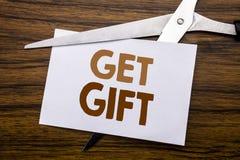 Hand het schrijven de inspiratie van de teksttitel het tonen krijgt Gift Bedrijfsconcept voor Vrije die Shoping-Coupon op nota, h stock foto