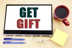 Hand het schrijven de inspiratie van de teksttitel het tonen krijgt Gift Bedrijfsconcept voor Vrije die Shoping-Coupon op tabletl stock afbeelding