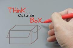 Hand het Schrijven denkt buiten Doos - Bedrijfsconcept Stock Foto's