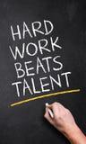 Hand het schrijven & x22; Het harde Werk slaat Talent& x22; stock afbeeldingen