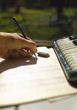 Hand het schrijven muziek royalty-vrije stock afbeeldingen