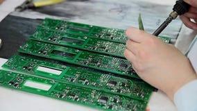 Hand het solderen stock footage