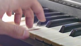 Hand het spelen de piano van de mensensynthesizer over sleutels in werking die wordt gesteld die stock videobeelden