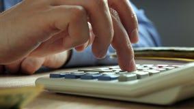 Hand het tellen op een calculator Boekhouding en boekhoudingsconcept stock footage