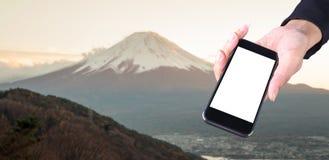 In hand het touche screen neemt een berg van fotofuji royalty-vrije stock fotografie