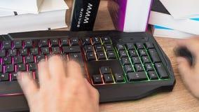 Hand het typen op een gekleurd toetsenbord Het onduidelijke beeld van de motie stock foto