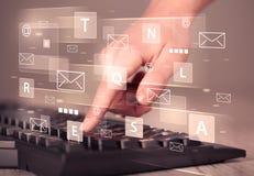 Hand het typen op toetsenbord met digitale technologie-pictogrammen Stock Afbeeldingen