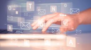 Hand het typen op toetsenbord met digitale technologie-pictogrammen Stock Fotografie