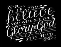Hand het van letters voorzien met bijbelvers als u gelooft zal, de Glorie van God op zwarte achtergrond zien vector illustratie