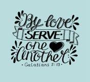 Hand het van letters voorzien met bijbelvers door liefde dient elkaar op blauwe achtergrond royalty-vrije illustratie