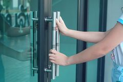 Free Hand Hold A Door Handle To Open Office Royalty Free Stock Photography - 135281607