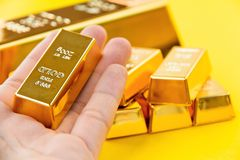 Hand hold gold bars Royalty Free Stock Photography