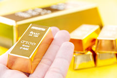 Hand hold gold bars Royalty Free Stock Images