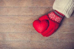 Hand holdin heart toy Royalty Free Stock Images