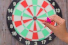 Hand-holdin roter Pfeil und Werfen Lizenzfreies Stockfoto