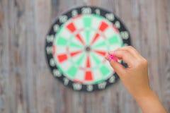 Hand-holdin roter Pfeil und Werfen Stockfotos