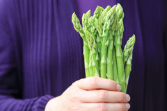 Hand holding a bunch of green asparagus Royalty Free Stock Photos