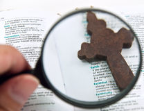 Hand Holding Magnifying Glass Royalty Free Stock Photos