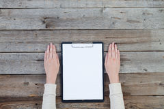 Hand holding pen with a blank note paper Royalty Free Stock Photos