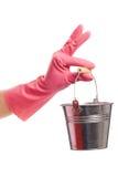 Hand i en rosa hink för handskeinnehavsilver Arkivbild
