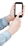 Hand i skjortan som klickar den isolerade smartphonen Arkivbild