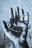 Hand i tonad bild för taggtråd blått Arkivbild