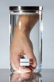 Hand im Behälter - medizinische Fortschritte Stockfotografie