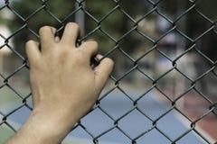Hand im Gefängnis, Konzept der lebenslänglicher Freiheitsstrafe, abstraktes Hintergrundkonzept der lebenslänglicher Freiheitsstra Lizenzfreie Stockfotos