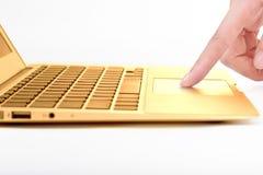 Hand im goldenen Notebook Lizenzfreies Stockfoto
