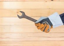 Hand im Handschuh, der Hammer hält Lizenzfreie Stockfotografie