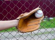Hand im Handschuh mit Baseball Stockfotos