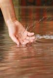 Hand im Wasser Stockfoto