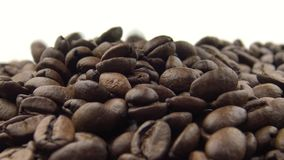 Hand 4k nehmen die Röstkaffee-Bohnen und das Fallen Bestandteil für Kaffee stock video footage